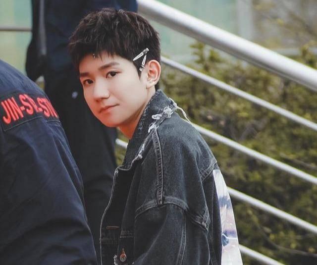 王源新发型展现少年气,狗啃刘海帅气头上的两个发卡是