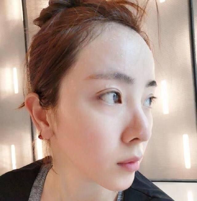 特别是换了齐刘海的新发型后,让人眼前一亮,多了几分少女感,看着很图片