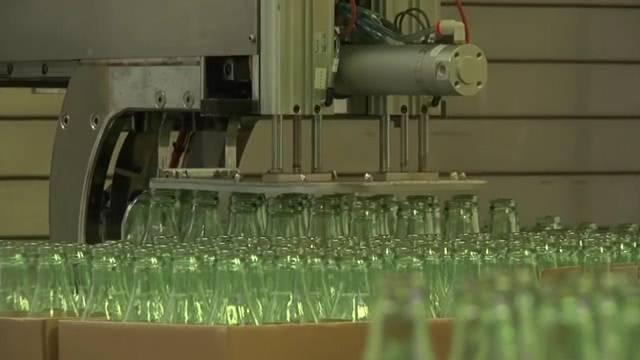 全球最大玻璃瓶工厂,每天制造200万个瓶子,机器一刻都图片