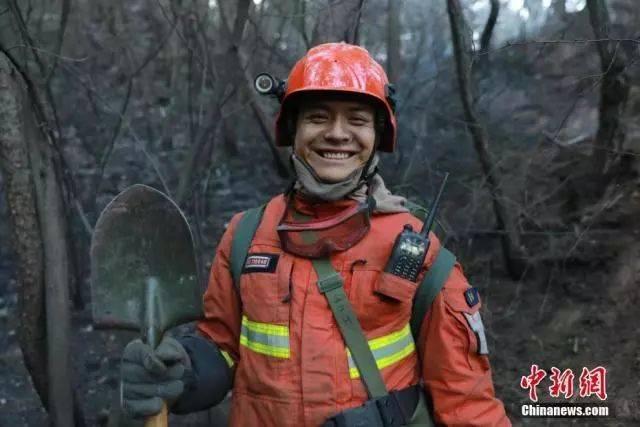 """一位消防员自豪地说, 这就是属于我们森林消防指战员的""""烟熏妆"""".图片"""