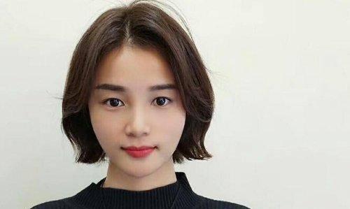 所以将发尾外翘烫卷,配以网红中长刘海,大方清新的女生边分波波头发型