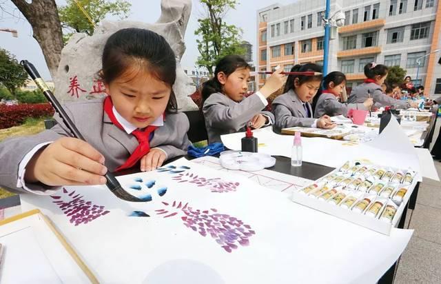"""以""""七彩中国梦,童画新时代""""为主题,运用儿童画形式展示新中国70年的"""