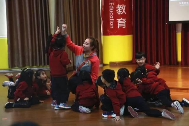 剑桥新世纪幼儿园石慧老师带领大班小朋友玩儿戏剧《母鸡萝丝去散步》