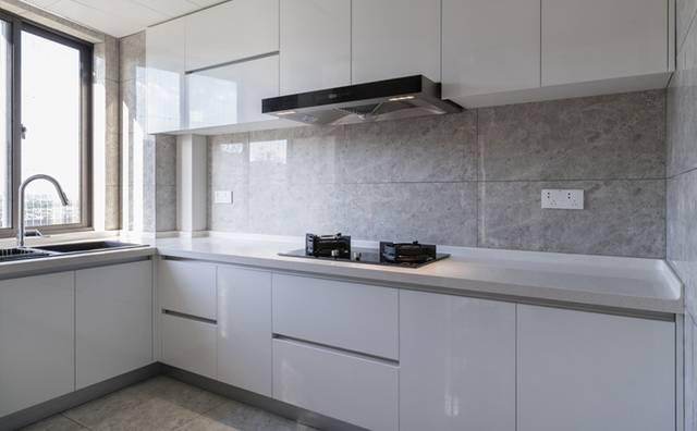 自粘墙纸可不可以贴厨房卫生间的顶 可以,但是最好还是不要,期间久了