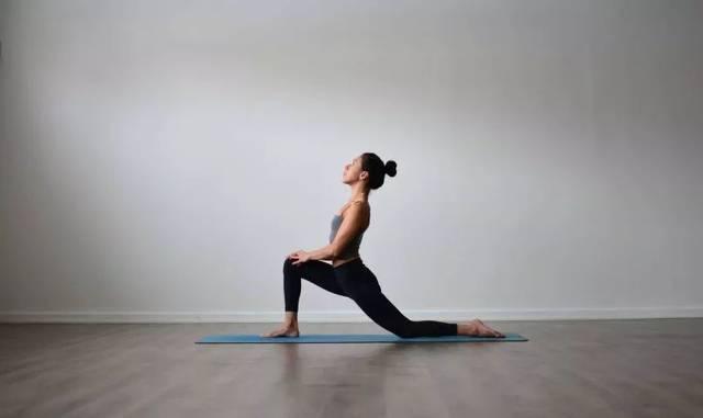 瑜伽体式精讲:骑马式&新月式图片