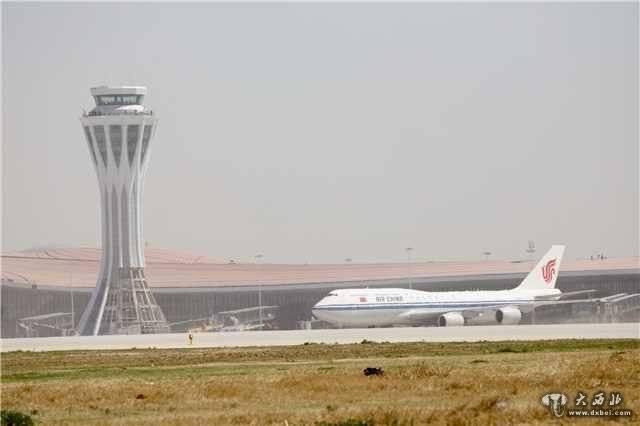 上午9时30分许,4架大型客机在15分钟内依次在北京大兴国际机场跑道上