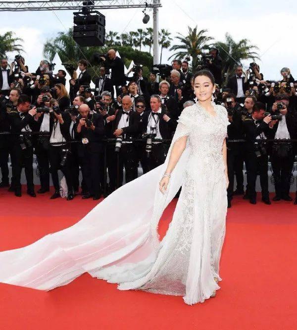 巩俐作为趋势气场,在本次戛纳电影节的红毯上更是银幕现出,表全开了独电影的v趋势女王图片