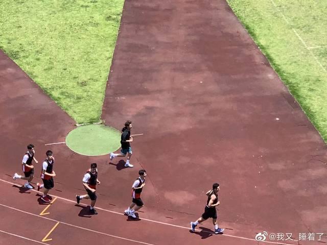 justin《篮板青春》路透图 烈日下奔跑令粉丝心疼