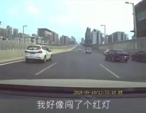 司机被追尾后离开