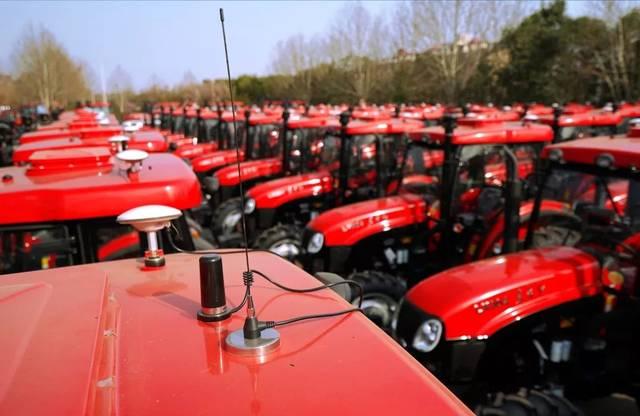 中国农业机械年度拖拉机唯一大奖被东方红自动驾驶拖拉机收入囊中图片