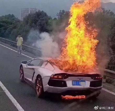 6月24日,江苏南通海安交警拦下一辆未礼让行人的轿车,女子瞿某出示