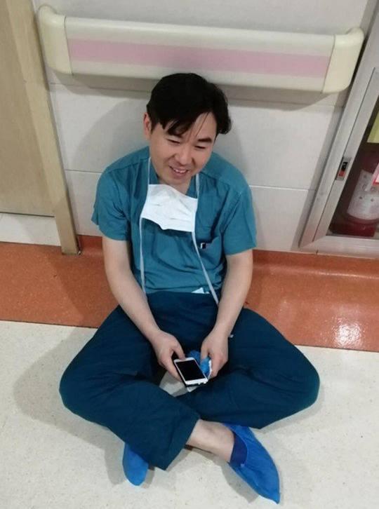 连做4台手术后,医生瘫坐在老婆病房门前 我的孩子正在抢救图片 45577 540x726