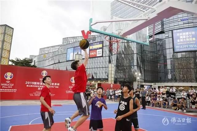 在启动仪式上,现场球迷与龙狮篮球俱乐部青年队的球员互动.