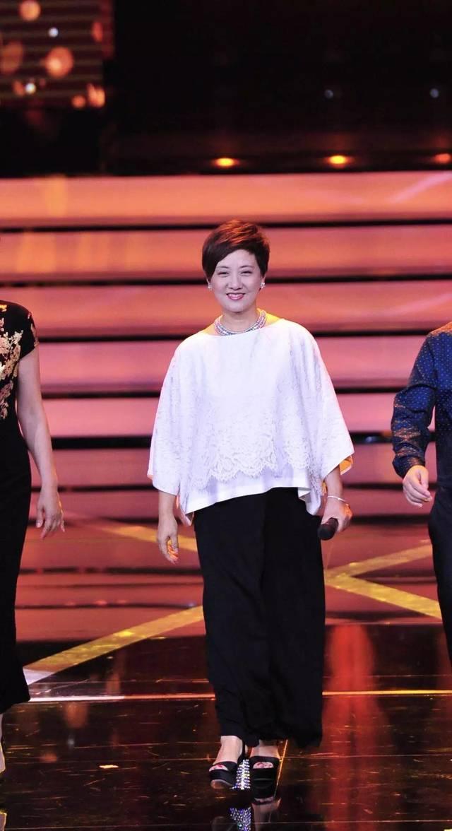 62岁邓婕不服老,牛仔衣配短发休闲又减龄,一条百褶裙气质好出众图片