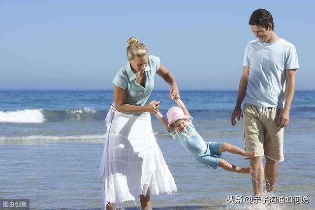 女童与父亲玩
