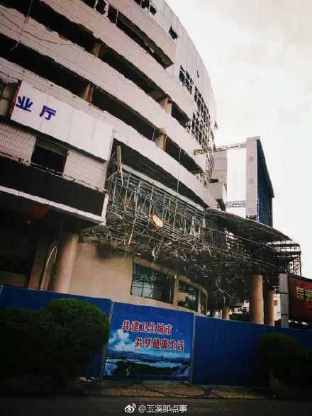 再见了!玉溪会堂大楼主体今日正式拆除!