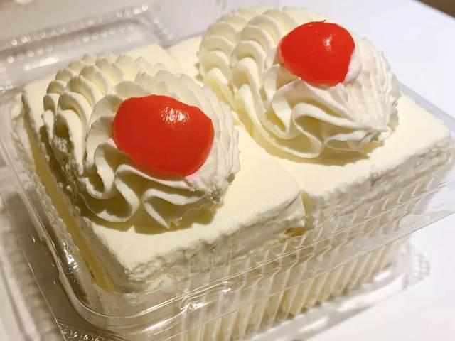 别看栗子蛋糕的外表只是一个简单的奶油蛋糕,内里可是塞满了轧得细细