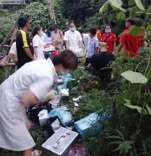 揪心!中国旅行团老挝发生严重车