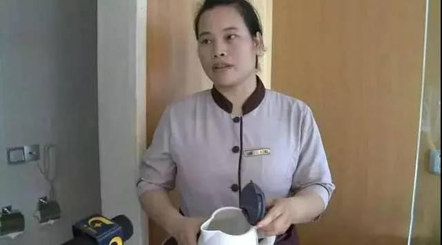 令人作呕酒店水壶被挤奶卫生巾女过程是啥住客的塞入动机美女的图片