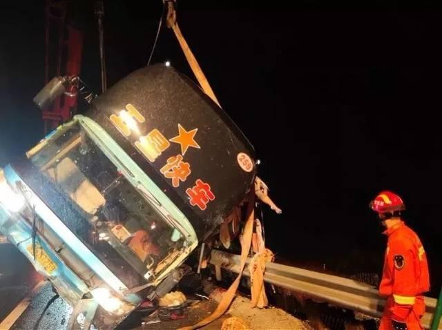 廣東一大巴高速路上側翻,導致7死11傷,多人被甩到10米高橋下...