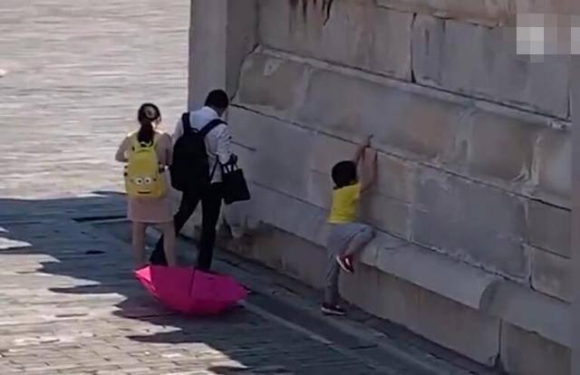 原创男子疑似在故宫随地小便,身后还站着一女子!过程被网友拍了下来