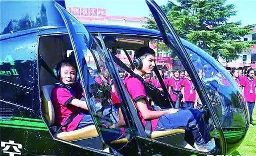 """前方高能!直升机空降学校操场,乐动体育娱乐这些孩子们的军训太""""燃""""了"""