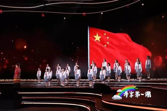 最开始《红岩》狱中绣红旗的原型故事揭开面纱,这是我们从小就耳熟能详的革命故事。 紧接着第一代攀登者的故事感天动地,用血肉之躯在曾经被人称作是飞鸟也无法逾越的珠峰险地成功搭起「中国梯」。 用身体搭建人梯并最终问鼎珠峰,让五星红旗第一次飘扬在世界的最高处,给当时的中国人极大的精神鼓舞 两代登山人,一架中国梯,33年间托起了1300多名世界登山者的登山梦想。 还有一堂在澳门上了70年感动亿万中国人的爱国第一课。 1949年新中国成立的消息传到澳门,当时澳门尚未回归祖国的怀抱。但濠江中学的老校长杜岚女士却