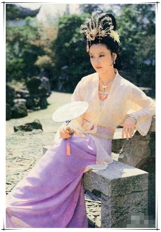 原创61岁邓婕拒绝扮嫩!穿深色t配利落短发,完美诠释优雅老去也很美图片