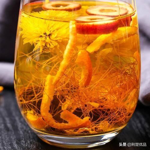 轻度股癣囹�a_将枸杞子加3~5杯水煮沸10分钟,然后放入菊花再煮2~3分钟,过滤取汁代