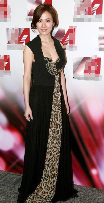 原创叶璇单身后美出新高度!白色西装当裙穿,39岁的年龄19岁的状态!图片