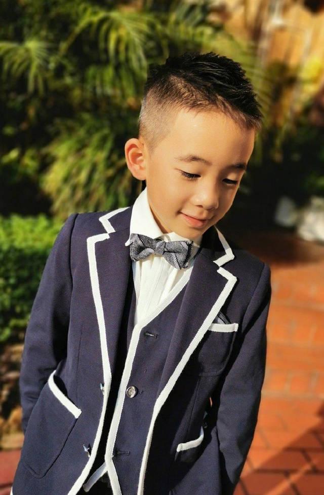 jasper穿白边黑西装戴领结超可爱,变身小绅士,网友:血槽已空