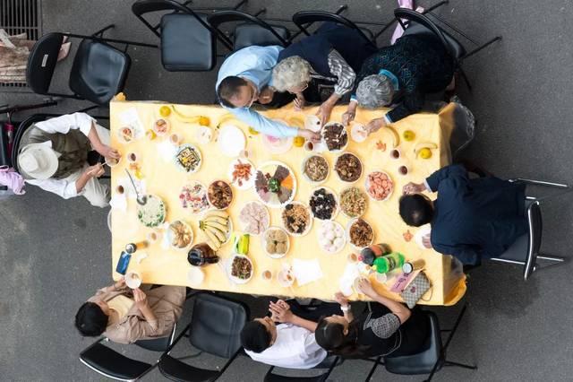 街道办事处工委书记吴冰一行 与居民一起就餐,品尝美食, 亲切攀谈,细