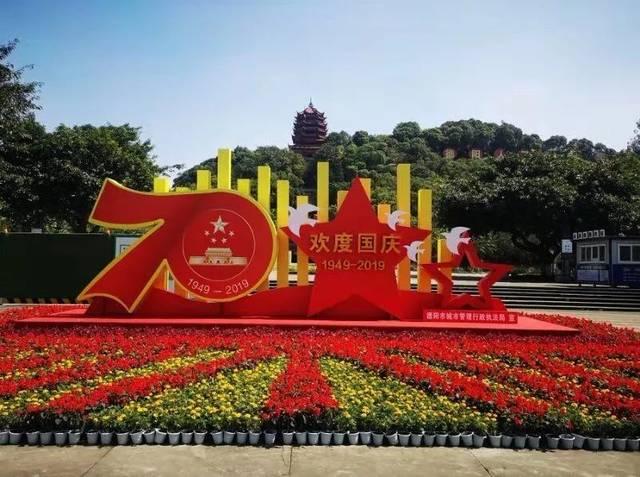 中国初中钟鼓楼城区,在德阳红,一串红,鲜花草等女孩的装点下,欢度国我孔雀广场和图片
