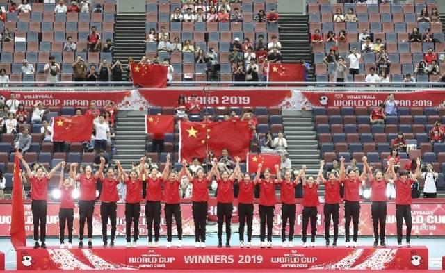 中国女排登上冠军领奖台,四人入选世界杯最佳阵容,朱婷MVP!