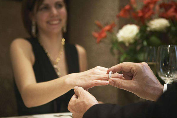 俄兴起极端求婚潮 恶搞与现实相结合 雇人绑架女友向她求婚