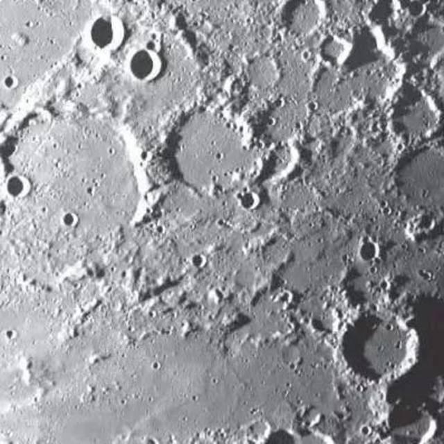 嫦娥一号卫星传回的第一幅月面图像
