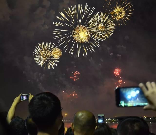 【山西日报】为新中国庆生!10万余发礼花惊艳省城夜空