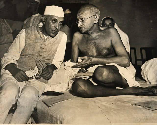 印度 国父 甘地150岁冥诞,其骨灰被盗,照片被写上 叛徒