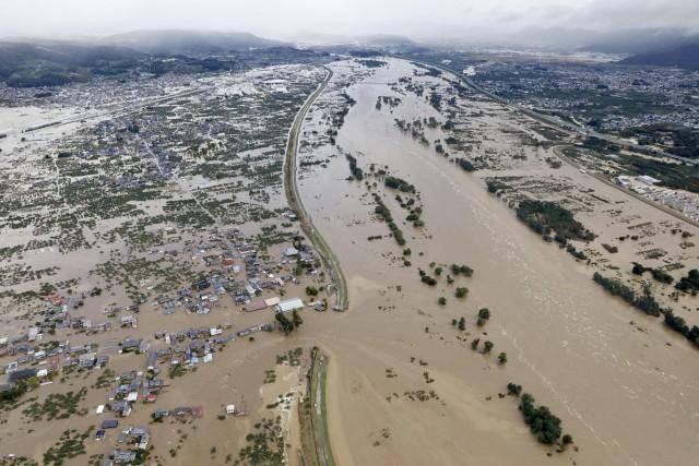 日本台风致33人死 风力足以吹翻卡车拔起树木