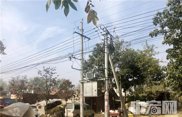 """河南项城电力公司""""临时工""""意外身亡 70岁母亲扯白布条为子喊冤"""