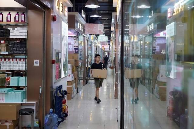 """""""中国电子第一街""""华强北转型:数码城里卖美妆600店铺满租"""