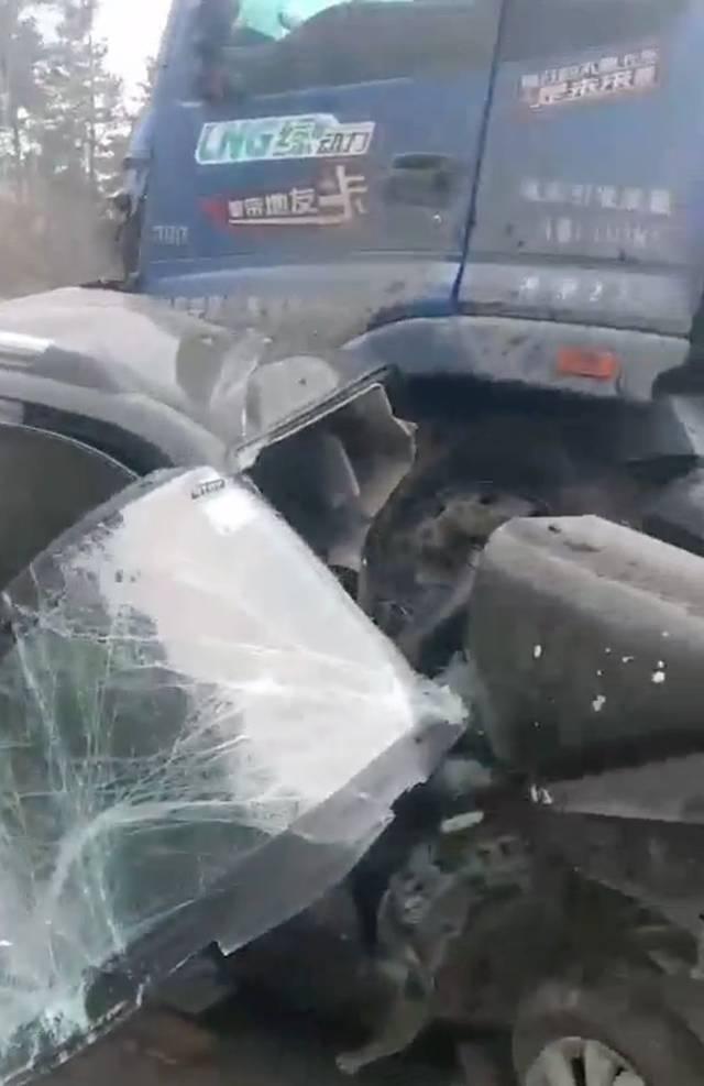 西安3名殉职民警车祸现场曝光:与半挂车相撞 ,其中一人仅25岁