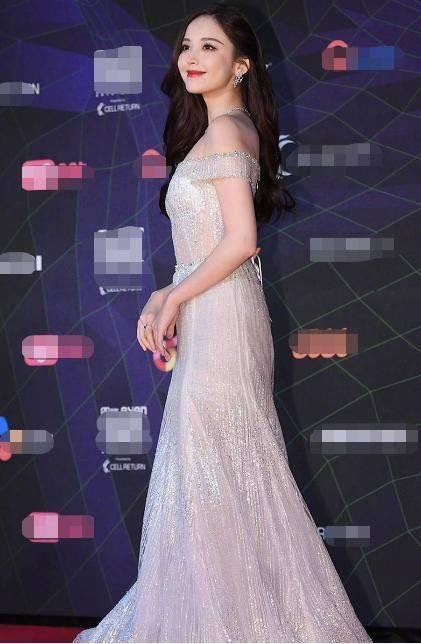 古力娜扎一袭银色露肩长裙亮相红毯 如同仙女下凡美丽迷人
