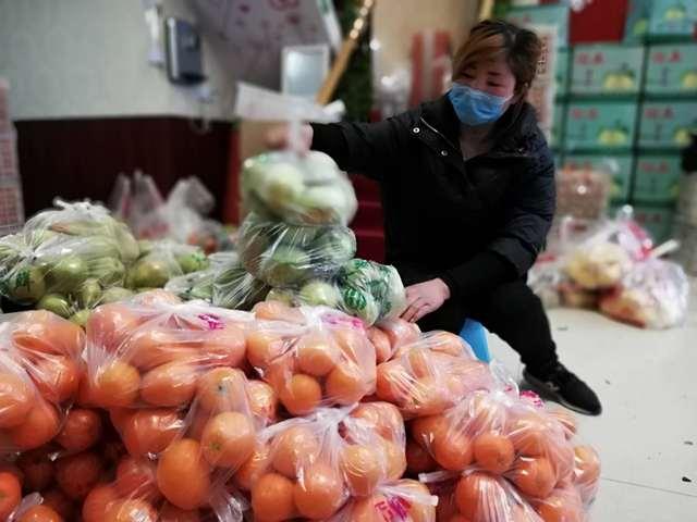 云梦疫情速报截止至2月24日24时, 累计381例.爱心人捐赠水果慰问