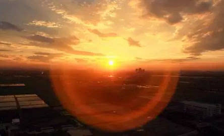 摄影师说,无论是钱塘江上那一轮红日,还是朝阳下的魅力之城,或是迎着图片