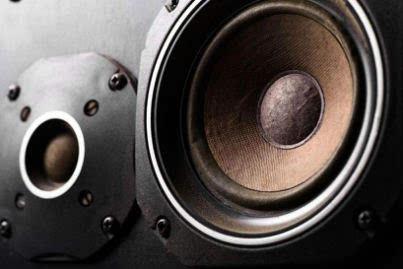 新喇叭经过一段时间的运作后会得到熟化,谐振频率会降低,低音会更沉实
