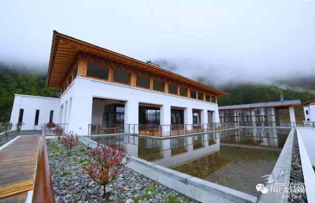 一栋栋带着藏式设计元素的白色别墅,和远处的雪山还有白云呼应,外观图片