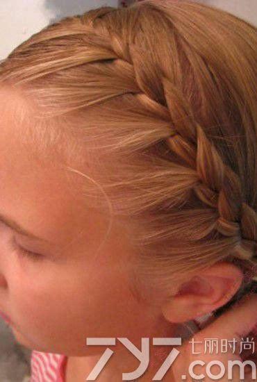 发型点评:辣妈们给自己的宝宝编上一款这么精致的鱼尾辫保证气质出众