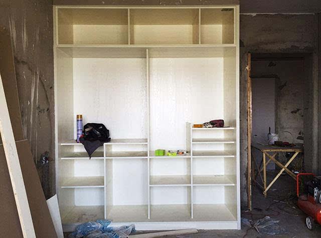 接下来就是木工阶段了,现场制作的衣柜,放在主卧里,用于衣服的收纳.