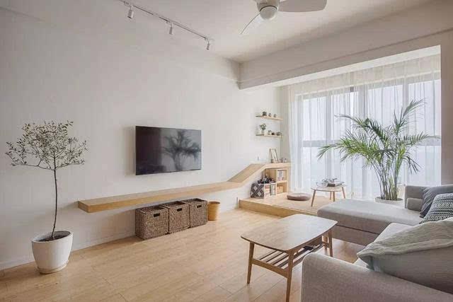 ▼電視背景墻直接刷成白色乳膠漆,電視柜也用層板+竹編收納筐代替